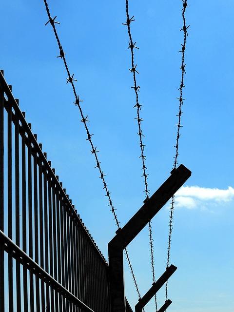 fence-2415506_640.jpg